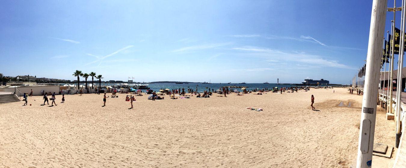 Panoramique de la plage juste au pied des fameuses marches rouge du festival de Cannes. Cannes Hi! Relaxing Enjoying Life Plage Mer Provence Hello World France Panorámica