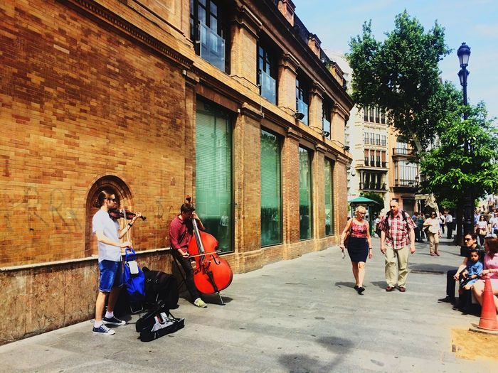EyeEm Building Exterior Architecture Real People Day Built Structure Adult Women Men Adults Only Sevilla Musician Musical Instrument String Violinist Love ♥ First Eyeem Photo Beautiful Lovelike 😚 😍😌😊 Iphone5s Photography ViajesFamiliares💞👨👩👧👦 Taking Photos Europe DomingosFelices💕