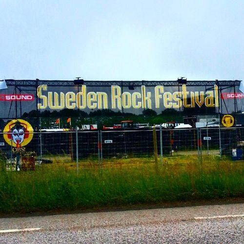 Idag börjar Sweden Rock Festival. Idag är det exakt 10 år sedan jag besökte festivalen för första gången. Har sedan dess sett, åkt förbi eller besökt festivalen varje år. För 10 år sedan tog jag studenten. Det var då jag ville bli ingenjör av något slag. Men jag hade inte räknat med att få så starkt band med Försvarsmakten. Det var nämligen även samma år jag ryckte in för att göra min värnplikt. 10 år... Har hänt miljoner med grejer sedan dess, och livet blir bara bättre. Skulle inte byta ut det mot något annat. Undrar vad som händer de kommande 10 åren... Svfm Srf Sweden Rock festival 10 2004