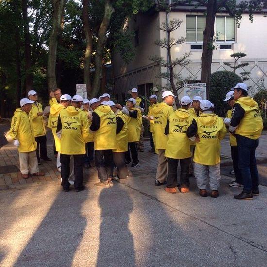 ボランティアさん打合せ中。皆さんのおかげです。大阪マラソン