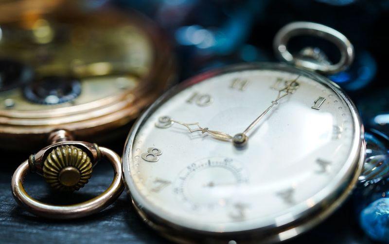 9.00 o,clock on pocket watch