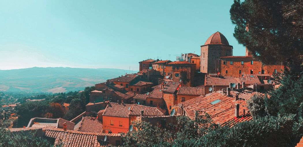 Volterra view is stunning 😱 Building Exterior Architecture Built Structure Town House Outdoors Roof Residential Building Sky No People Day Tiled Roof  Nature Mountain Beauty In Nature EyeEm Best Shots EyeEmNewHere Volterra View Landscape
