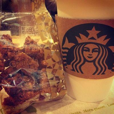 2015.04.22 . Starbucks® ForHere Tall Hot NoFat StarbucksTeaLatte(Hojicha) Granola . . セイレンねぇさん… 今日もお会い出来ましたね? 連日、お顔を拝見する事が出来て あたちは嬉しいですよ(*´∇`)ノ . そして… お久しぶりのグラノラにぃさん! お元気でしたか? 相変わらずの旨さにやられますが カロリーの高さはどうにかして頂きたい😩 . . Starbucks Starbuckscoffee スタバ Miillains Miillainsはスタバっ子w うまうま ほうじ茶ラテ グラノラ お久しぶりのグラノラにぃさんw