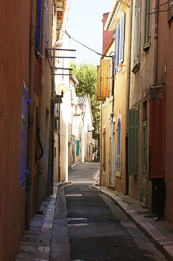 Ruelle de Martigues. RUES Ruelles Ruelles Martigues City Alley Hanging Architecture Building Exterior Built Structure