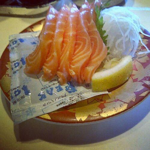 Hhmmm... Salmon nya Nyaman.. Sushi Salmon Fish Fresh Qombi PhotoOfTheDay instagram InstaFood Instagood