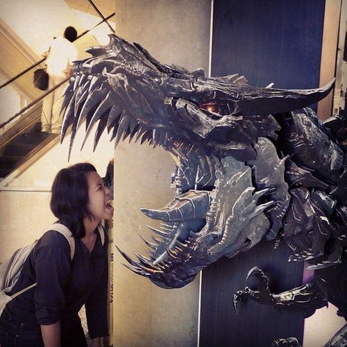 I will fight with Grimlock!!! Transformer will be in theatre on June 26th in Thailand and we first to see that faster as America. Transformer Ageofextinction Transformer4 MOVIE Markwahlberg Michaelbay Actionmovies Grimlock Optimusprime BubbleBee
