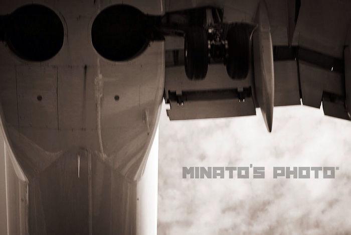 飛行機が頭上を通過しま〜す〜✈︎ モノクロ Monochromatic Black & White 飛行機 Airplane Airportphotography 千里川 伊丹空港