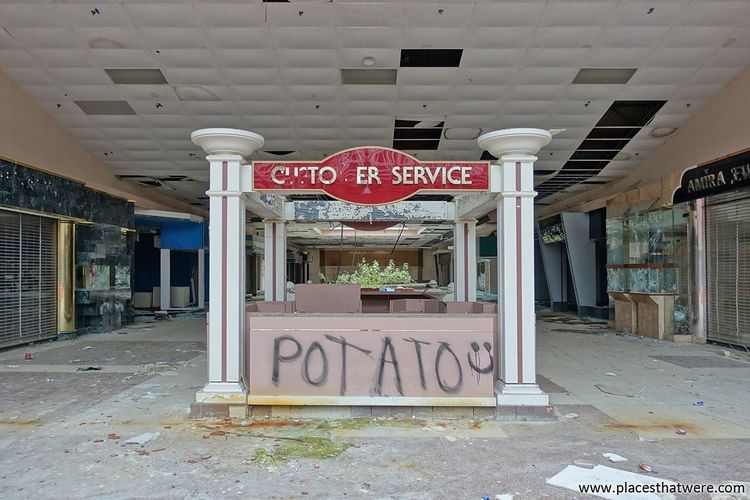 Customer Service. More here: http://www.placesthatwere.com/2017/07/rolling-acres-dead-mall.html Abandoned Building Urbex Urban Exploration Dead Malls Dead Mall Abandoned Mall Rust Belt Rolling Acres Abandoned Places Abandoned Buildings Abandoned & Derelict Abandoned Akron Creepy Eerie Mall Urban Decay Store Architecture Customer Service Indoors  Water Damage Ruins Graffiti Potato