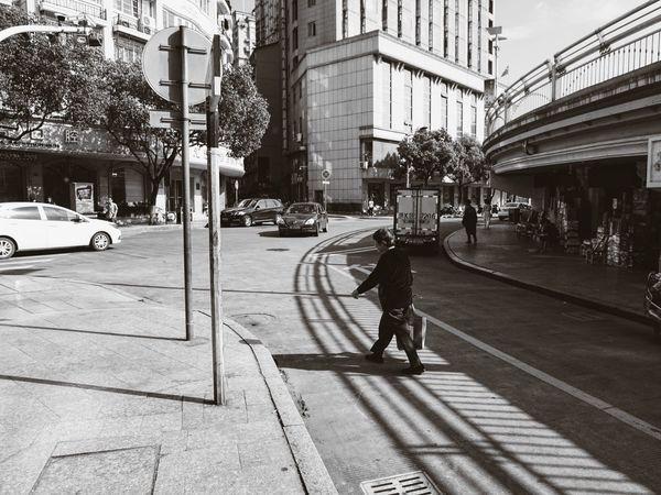 《时光 · 忙碌》By Sony a6000|拍自己想拍的 Street Monochrome EyeEm China Sony A6000 Sony China White Black & White Sonyphotography City Streetphotography Sunmmer Simple Photography Working People Shadow