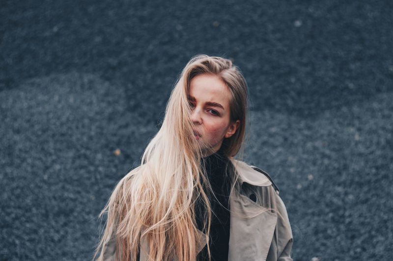 1 мая. Черт EyeEm Selects Portrait Headshot One Person Lifestyles Winter Real People Clothing Warm Clothing Cold Temperature Long Hair Hairstyle Standing Looking At Camera Front View Leisure Activity Young Adult Young Women Hair Scarf Outdoors