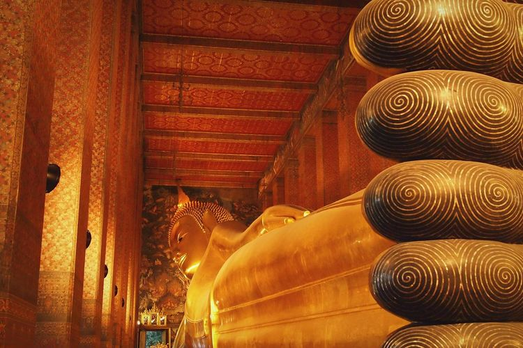 Lying buddha statue at wat pho temple