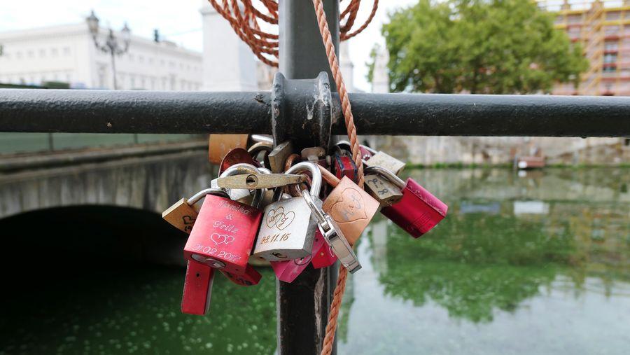 An der Zuführung der Schloßbrücke An Der Spree Berlin, Am Wasser EyeEm Selects Hope City Water Hanging Luck Bridge - Man Made Structure Chain Lock Symbolism