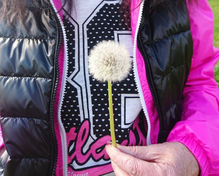 Hold on to your dreams... Dandelion Old But Awesome Leila Grannyleila Close-up Close Up Street Photography Human Body Part Hand Fashion