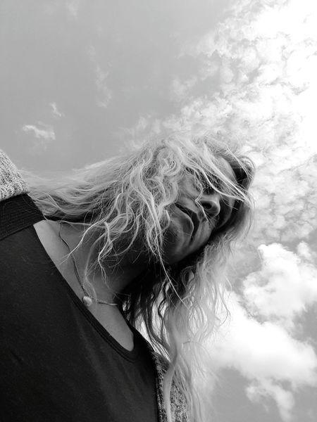 Vom winde verweht People Draußen Adult Real People Blick Magic Moments One Person Only Women sky Himmel Wolken blau haarsträubend wild Schwarzweiß blackandwhite