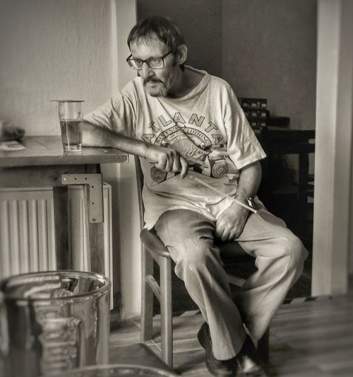 Pub Portrait Photography Man Stranger Publife Eyeglasses  Sitting Full Length Wristwatch Senior Adult Domestic Life Old-fashioned Musician Looking Down