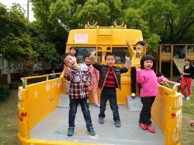 There comes a new big car to this kindergarten. 你们玩的开心嘛?开心!Are you happy? Yes! I think that a car may be children's whole world. Becky.