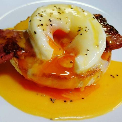 Eggs Benedict Eggsbenedict Muffins Bacon! Meals Morning Breakfast Inthekitchen Yummy♡ Homemade Egg Egg Yolks
