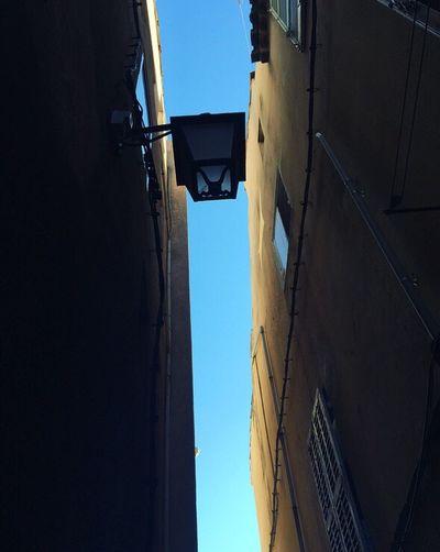Au détour d'une ruelle de Cassis... / Off an alleyway of Cassis... Lampadaire Ciel Bleu CielBleu Provencealpescôtedazur PACA Bouches Du Rhone Côte D'Azur Sud France / Alleyway Street Light Sky Blue Blue Sky French Riviera South