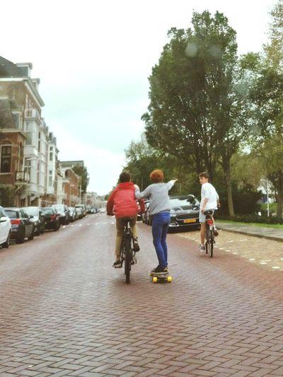 Jungs Straße Fahrrad Skateboard Spiel Jugend Freundschaft Boys Street Bike Play Youth Friendship