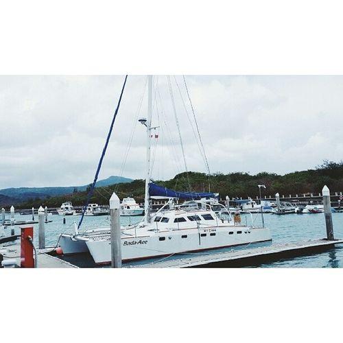 在港口巧遇一位阿揪西船長,退休後的他決定買下一座遊艇,用這艘名為巴搭阿依(大海的孩子)的船,環遊了半個地球,他說他最喜歡安平,而且他非常喜歡臺灣人,臺灣是他去過無數個國家中最有人情味的地方。 他要出航時會帶領兩到三名自願的年輕人一起去旅行,如此帥氣的退休生活應該是每個人畢生的夢想吧! 年過花甲但卻一點也不顯老態,他的求知慾與好奇心是他保持年輕的秘訣吧? 好希望我老了以後也能可以帥氣地過生活 ⛵ Afterretiring Sailer Sailor Ocean travel bada_aee 바다아이 멋이는 아젓씨 멋이는 되직후 인생