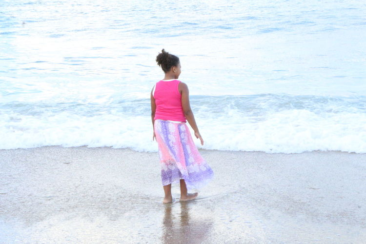 Reflecting Beach Carefree Day Enjoyment Full Length Getting Away From It All Leisure Activity Outdoors Real People Sand Standing Vacations Weekend Activities Young Adult