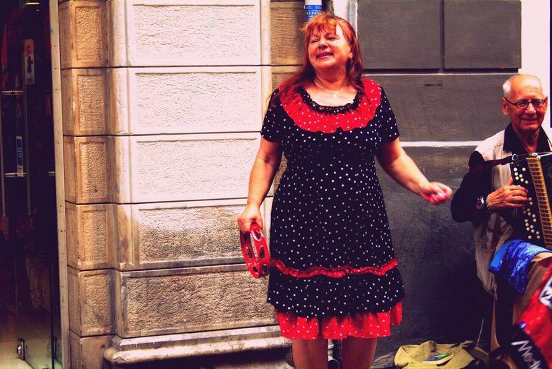 Gipsy WifeAndhusband Reddress Streetart Singasong Dancer Dance Taksim Taksimsquare Istiklalcaddesi Def