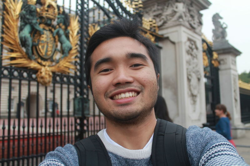 The entrance gate to the palace, majestic yet elegant. The gate u mean ? No me ofcourse heheh Cheese! That's Me London