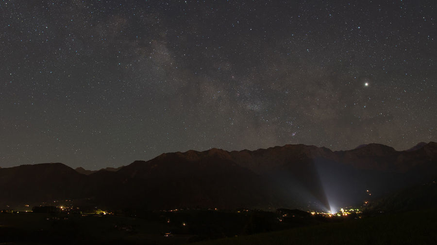 Lichtverschmutzung Nachtfotografie Nachtaufnahme Nachthimmel Sternenhimmel Salzkammergut, Austria Night Star - Space Sky Mountain Scenics - Nature Beauty In Nature Space Tranquility Illuminated Mountain Range Astronomy No People Tranquil Scene Nature Star Silhouette Galaxy Star Field Idyllic Outdoors