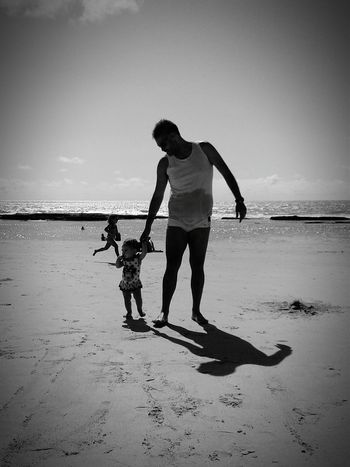Photos That Will Restore Your Faith In Humanity Boa Viagem Beach Rafaelabela Black And White Fathers Day Fathers Recife/PE Filhaslindas Filha ♥