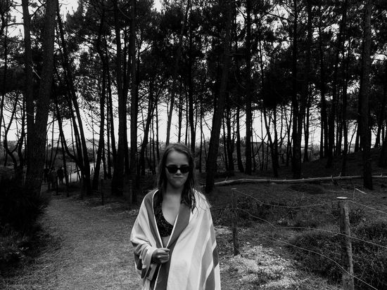 Mes trois mots préférés de plagiste : pins, maillot de bain et copains Tree Foret One Person Real People Looking At Camera Front View (null)Leisure Activity Lifestyles Portrait Young Adult Standing Nature Forest Young Women Growth Outdoors Smiling Happiness Noiretblanc Blackandwhite