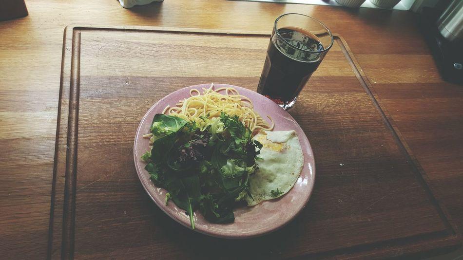 Gammal spaghetti, ägg, sallad och ett glas cola? hmm... Skum Lunch