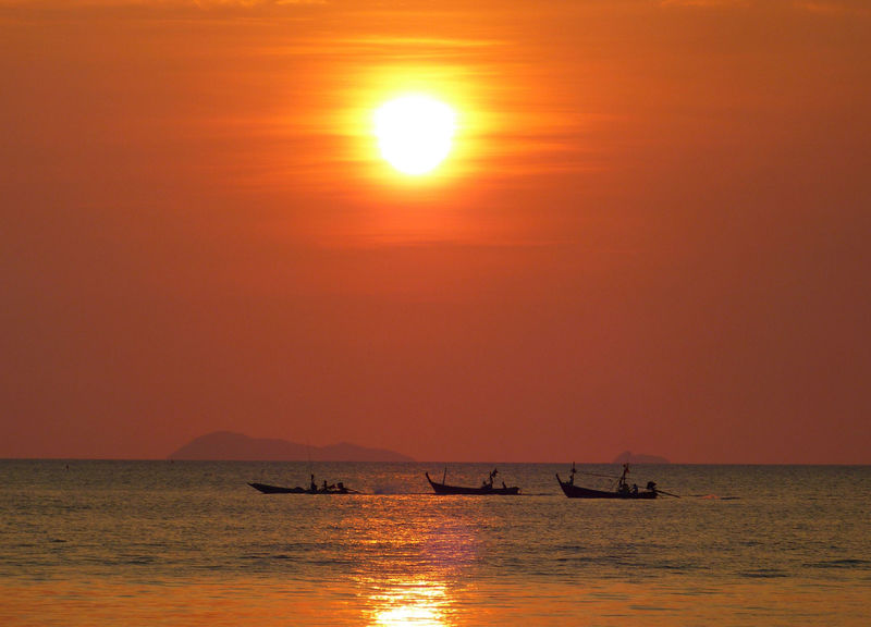Thai Fischerboote gen Sonnenuntergang - Thai Fishing boats goijg out at sunset Tahi Fischerboote Onnenuntergang ASIA Beauty In Nature Horizon Over Water Nature Nautical Vessel No People Romantic Scenics Sea Silhouette Sky Sun Sunset Thai Fishing Boarts Thailand Tranquil Scene Tranquility Travel Water Waterfront EyeEm Best Shots EyeEmBestPics Eye4photograghy Let's Go. Together.