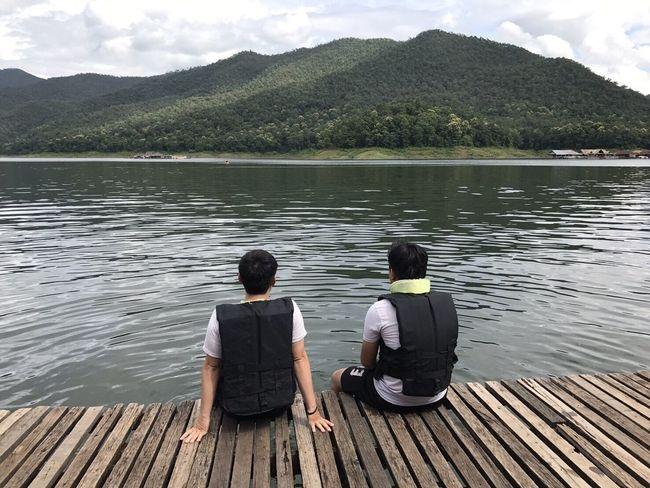 เพื่อนกัน Lake Two People Mountain Water Rear View Sitting Pier Day Nature Cloud - Sky Men Full Length Adults Only Wood - Material Jetty Rippled Outdoors Women Adult Tranquility MaeTang Vacations