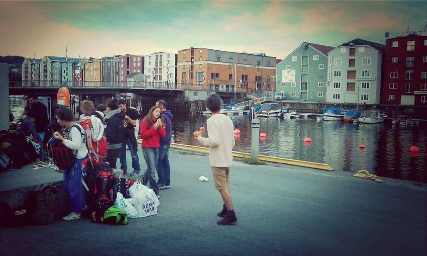 Thegoldenhourtrip merendando, camino de Bodø Norway