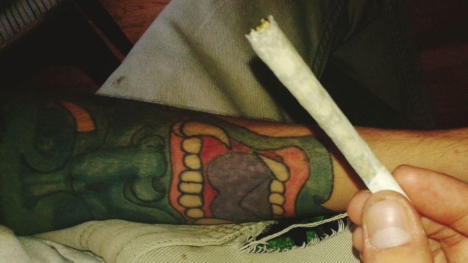 Kief and bud layerd white boy topped with a dab of oil ft my boyfriends sexy tattoo 🐝💨💚 Kief Oil 710 Smokesesh  420Friendly Highsociety Hannyamask Tattoo