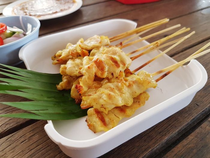 Close up of pork satay in white plate Pork Satay Dumpling  Appetizer Plate Stuffed Chinese Food Table Close-up Food And Drink Peanut - Food Served Thai Food Fried