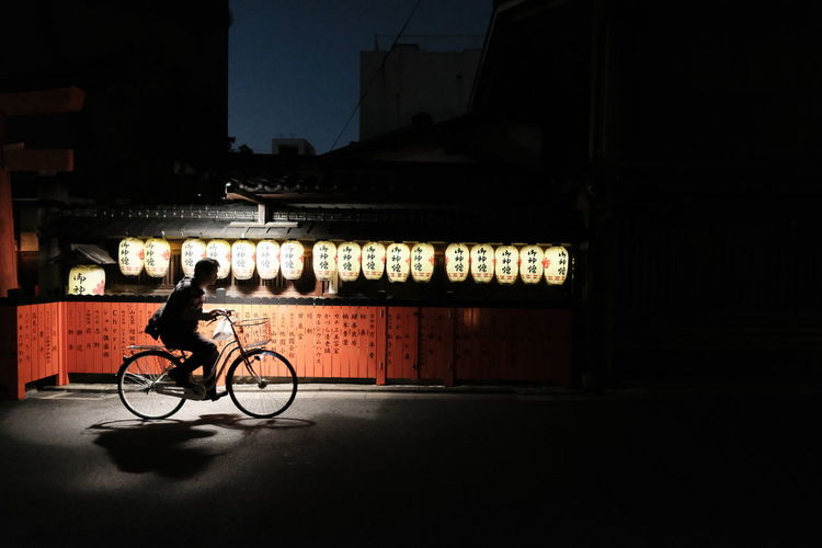 『17:54:06』 2016-10-14 Bicycle Mode Of Transport Land Vehicle Side View Night City Life Dark Person Outdoors Architecture Contrast And Lights Street Photo Street Style From Around The World Stree Photography Street Art/Graffiti Street Focus On Foreground Hello Word City Street Streetphotography City City Life Lifestyles In Front Of The City Light