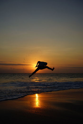 playing silhouettes while waiting for sunset Kiteboarding Paragliding Surfboard Surfer Aquatic Sport Regatta Sculling Parachute Surfing Extreme Sports Kite - Toy Surf Romantic Sky Water Sport