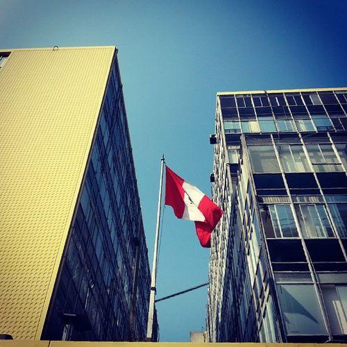 El sol aun no se decide. Igersperu Streetphotoperu Ig_peru_ Bandera flag architecture arquitectura like sky cieloazul despejado lima peru peruvian city