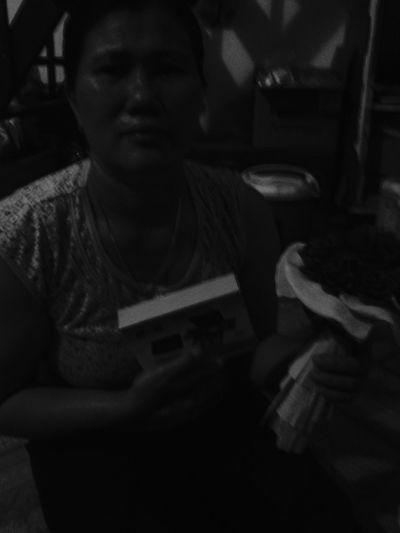 Ngày 8.03.15 của mẹ. Made by me đóa hoa hồng. Ba tặng hộp trang điểm dẫu là mình tự mua nhưng lại mượn danh ba dù vậy nhưng mẹ rất vui. Đôi khi sự thật chẳng nói lên điều jì cả Myfamily-LHLG