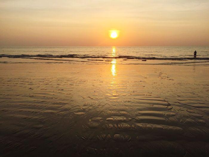 Fototapete II Thailand Water Sky Beach Sunset Sea Land Beauty In Nature Scenics - Nature Sun Reflection Tranquility Sunlight Tranquil Scene Horizon Sand Outdoors Orange Color Nature Idyllic Horizon Over Water