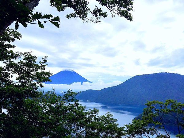 2018.09.01 #富士山 #本栖湖  頻繁に写真を変えてごめんなさい。これで確定です。やはり、ここには出来る限り加工してないもの、可能であれば Instagramと違うものにしたいので。数の射ちようが無いこともありますが… 富士山 本栖湖 Sky Cloud - Sky Tree Plant Beauty In Nature Mountain Water