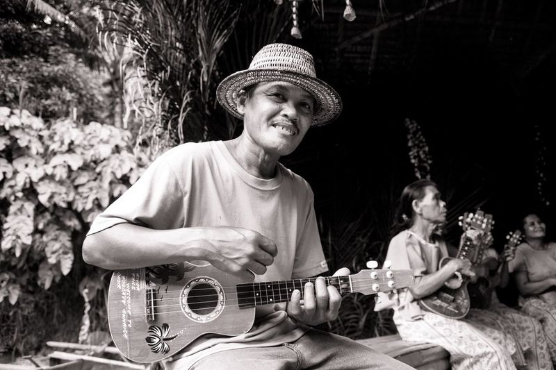 A man play a typical instruments 🎸 in Philippines! Guitar Playing Music Plucking An Instrument Arts Culture And Entertainment Musical Instrument Men Tree Young Adult Friendship Women People Musician Guitarist Adult Outdoors Togetherness Day Adults Only Human Hand Eyeem Philippines Loboc Bohol