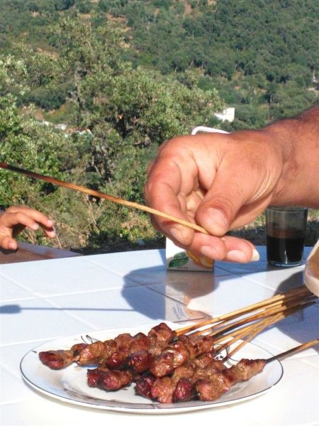 Miam... People Together Brochettes Boeuf Hands Eating Out Mains ShareTheMeal Live For The Story Food Stories