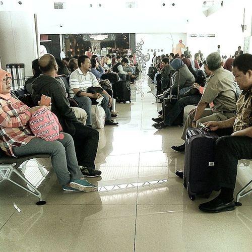 Angkasa Pura tolong ditambah nih tempat duduk diruang tunggu garuda terminal 2 bandara juanda surabaya, semoga semakin baik pelayanannya Kritiksaran INDONESIA Surabaya