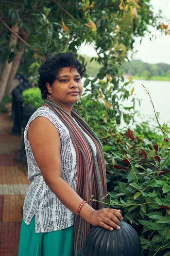 A casually ethnic dressed indian woman at rabindra sarovar lake, kolkata. photo taken in afternoon.