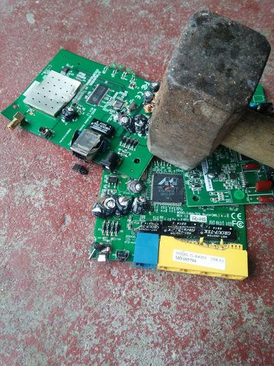 Circuit Board Computer Chip Datenspeicher DSL Elektrischer Bauelemente Elektroschrott Festplatte Festplatte Hammer Hardware Internetzugang Leiterkarte Leiterplatte Motherboard PCB Platine Printed Circuit Board Recycled Materials Recycling Rohstoff Rohstoffe Router Silizium Thors Hammer Wiederverwertung