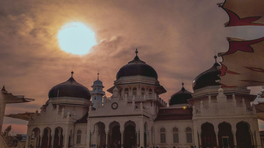 Mosque Mosque Photography Baiturrahman Aceh, Indonesia Aceh EyeEm EyeEmNewHere EyeEm Best Shots Siluet Siluette City Politics And Government Sunset Dome Place Of Worship Multi Colored Sky Architecture Built Structure Historic Arch Mausoleum Historic Building Calligraphy Architectural Column