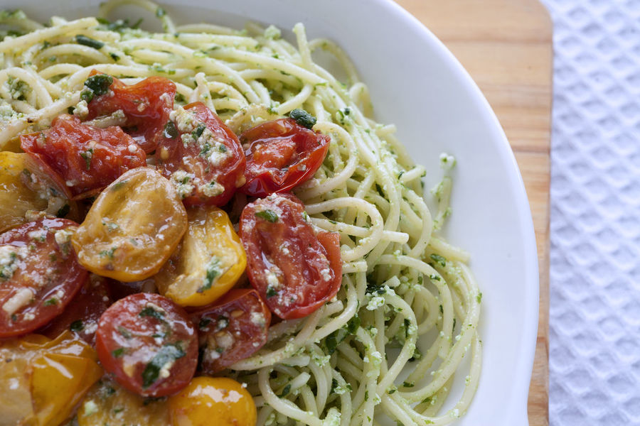 Spaghetti with ricotta pesto y sauteed cherry tomatoes. Close up. Italian Food Pasta Spaghetti Healthy Eating Serving Size Homemade Vegetarian Food Close-up Pesto Garlic Parsley Olive Oil Basil Pesto Sauce Ricotta Cutting Board White Background Directly Above UnykaProductions Yellow Cherry Tomato Studio Photography Cherry Tomatoes Natural Light Porcelain  Spaghetti
