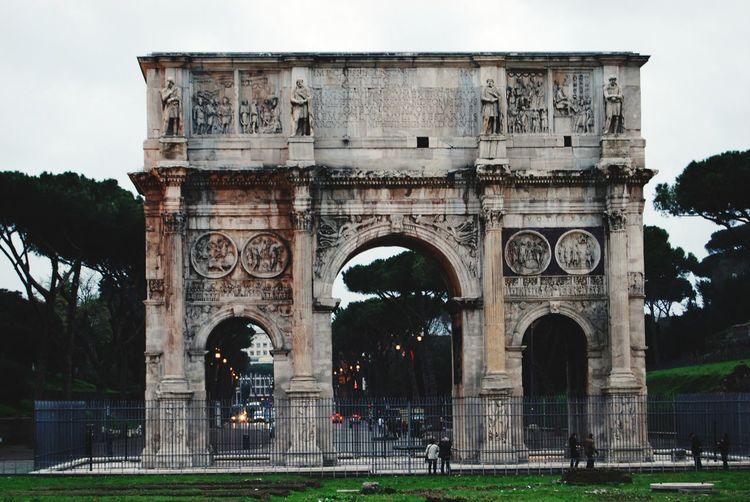 Triumphal arch against sky